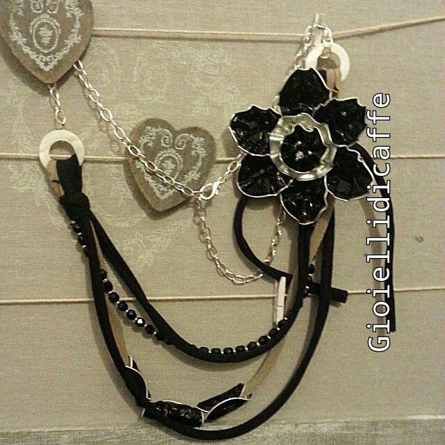 Collana con capsule nespresso ristretto e fettuccia nera, perline di vetro nero