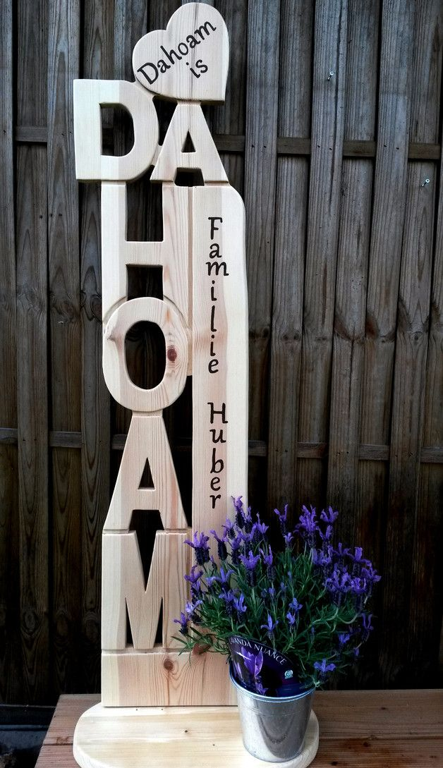 """Diese schöne Holz Stele **""""DAHOAM""""** ist 29 cm breit und 1,25 m hoch und wird aus 2,5 cm starken, **unbehandelten Kiefernholz** in einem Stück handgefertigt. **Die Beschriftung nach Wunsch..."""