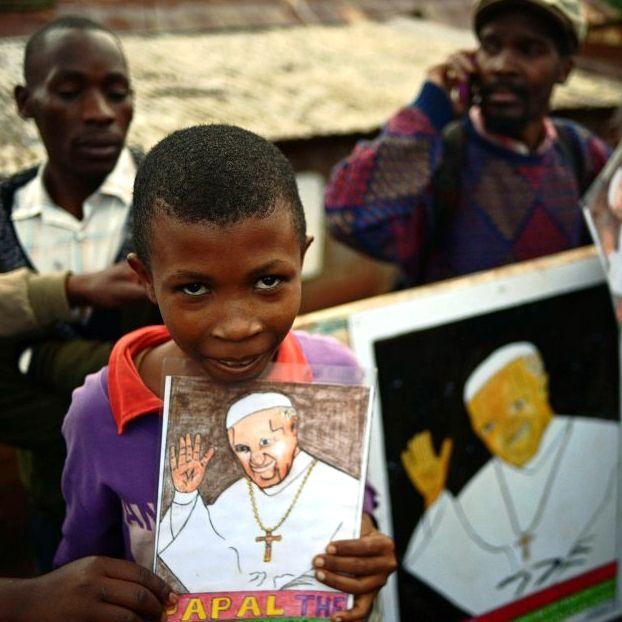 Papa in Africa, canti e balli nella bidonville a Nairobi