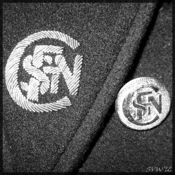 """""""C'est ce logo qui a toute ma préférence, ici dans sa version broderie et bouton, sur un manteau d'origine qui me tient chaud le soir venu, après quelques heures passées à restaurer une 020..."""", par Suzanne Ely Vanweddingen."""