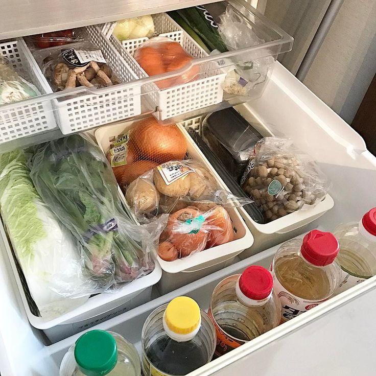 "525 Likes, 45 Comments - shiori (@s.k.m.f) on Instagram: ""そしてこうなった。冷蔵庫がいっぱいになる安心感。 上の段は使いかけの物を。 調味料はここに保存。基本詰め替えしません!衛生面が気になるのと面倒くさいので。…"""