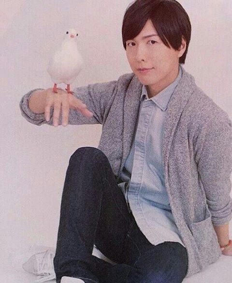 #鳩の日 ということで、鳩と神谷さんの画像を!!(笑) . 鳩とのエピソードがとくになくて困ってます…… うーん、鳩って首の動き怖いですよね(笑) #神谷浩史…