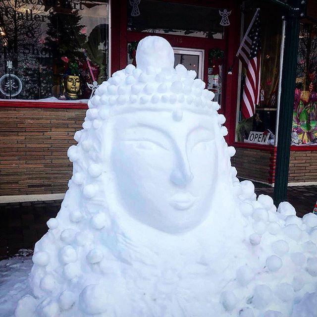 Snow Buddha in Mount Shasta! 🙏🏼 . . . #buddha #meidrucker #mountshasta #snowart #teaontheroad #roadtrip #winterwonderland