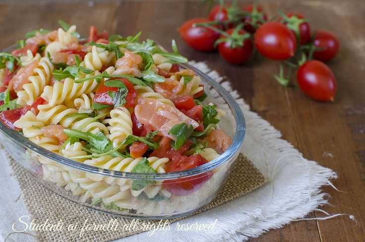 Pasta fredda salmone rucola e pomodorini, primo piatto facile e veloce per l'estate. Ricetta insalata di pasta fredda estiva con salmone e rucola.