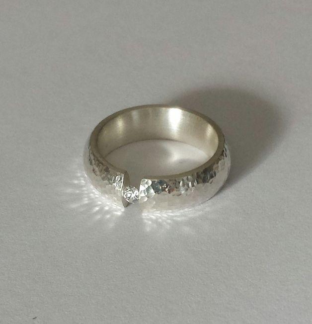 Stelle Euch hier einen zeitlos eleganten Spannring vor!  Die Oberfläche des Ringes wurde gehämmert wodurch der hart geschmiedete Ring noch mehr Festigkeit erhält, um den Weißtopas zu...