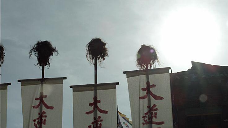 """por tanto, la familia Liang cayó en tiempos difíciles y pronto- sin medios para su manutención, Hongyu se vio obligado a la servidumbre por contrato, que en el caso de su familia y su estado, significaba Hongyu tuvo que trabajar como una cortesana ejército, -un accesorio común de la canción eJÉRCITO cabe señalar que a pesar de que técnicamente vivió como un """"soldadera"""" campo de los seguidores del ejército de canciones no era un libertino institucional colectivamente como seguidores de campo…"""