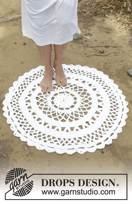 Crochet circular floor rug with lace pattern in 3 strands DROPS Paris. Free pattern by DROPS Design.