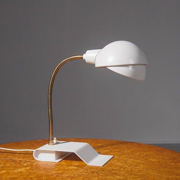 ALVAR AALTO (1898-1975) Finlande Lampe de table orientable modèle «A 703» Métal laqué blanc et laiton Édition Valaistustyö Oy 1930