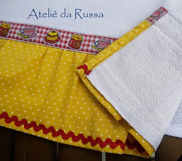 Pano de prato com babado amarelo com bolinhos brancos e galão com desenho de potes de geléia   Pano em tecido sacaria, 100% algodão.  Babad...