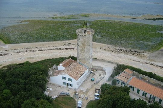 The Phare des Baleines overlooking the western tip of the Ile de Ré and owes its name to the whales washed ashore in recent centuries at his feet.