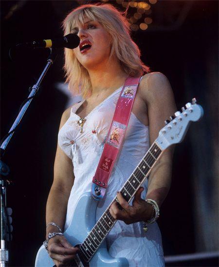 Built by Wendy/ビルト・バイ・ウェンディ - クリアフォトポケット ギターストラップ (レッド) 90'sにSonic Youthのキムゴードンや、HOLEのコートニーラブも愛用していた伝説的アイテムBuilt by Wendy/ビルト・バイ・ウェンディのギターストラップ。  #builtbywendy #guitar #strap #guitarstrap #ビルトバイウェンディ #ギター #ストラップ #ギターストラップ #grunge #rock #alternative #pop #nirvana #hole #sonicyouth #グランジ #ロック #オルタナティブ #ポップ #ニルヴァーナ #ホール #ソニックユース #kurtcobain #カートコバーン #courtneylove #コートニーラブ #kimgordon #キムゴードン #thurstonmoore #サーストンムーア #picture #photo #photograph #live #ライブ #写真 #ポケット #カスタム #カスタマイズ #オリジナル #オリジナリティ