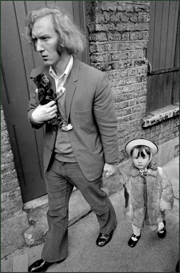Ian Berry - Man with his daughter and kitten in London's East End (1972)…