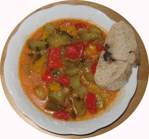 Gurkengulasch mit Oliven-Baguette