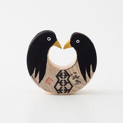 一刀彫 八咫烏(やたがらす) 和歌山県 田辺市 和歌山県の熊野地方には古くから八咫烏という三本足の烏の伝説があり、導きの神として人々に信仰されてきました。良質な木材の産地である紀州で育った桧に、二羽の八咫烏が向かい合って描かれています。丸い底が揺れることで二羽の八咫烏が闘っているようにも見え、この地に伝わる闘鶏の風習にも通じています。 文左 〒646-0028 和歌山県田辺市高雄1-22-9 TEL: 0739-22-9955