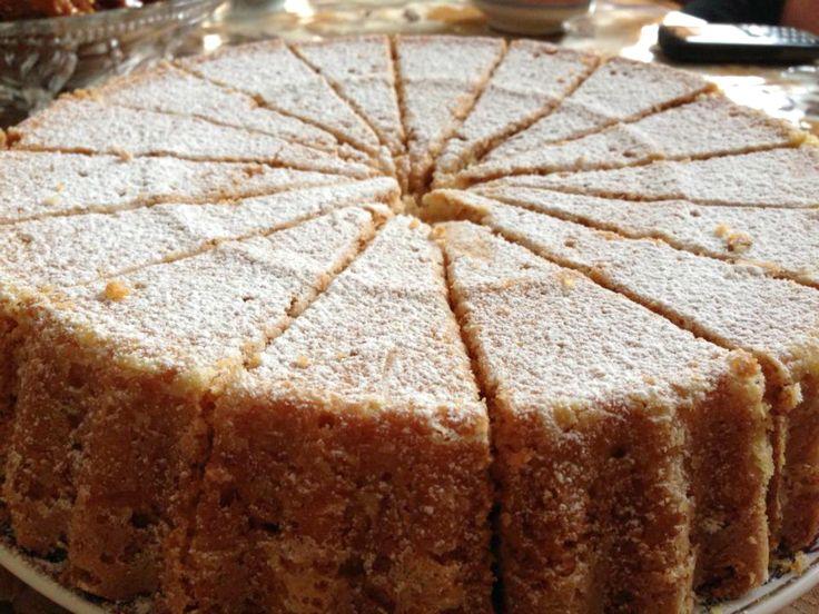 Recept voor een zachte amandelcake. Dit recept kwam ik een tijdje geleden tegen op een kookforum, en moet zeggen dat ik super verrast ben. De cake was lekker en luchtig. Zelf heb ik er geen honing overheen gegoten.