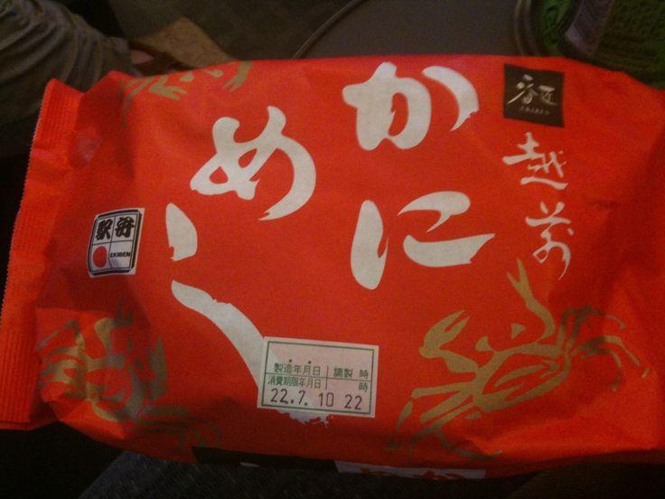 福井駅の駅弁といえばかにめし!電車の中から注文して、車両伝えておくと、ドアの前まで持ってきてくれるので、金沢からの帰りに買うこともできるぞ!