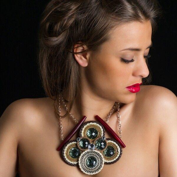 Collier Roue Shyning collectio by Exploit Bijoux. Modello Regular Deco color salvia in tessuto, resine, corda, passamanerie, legno.