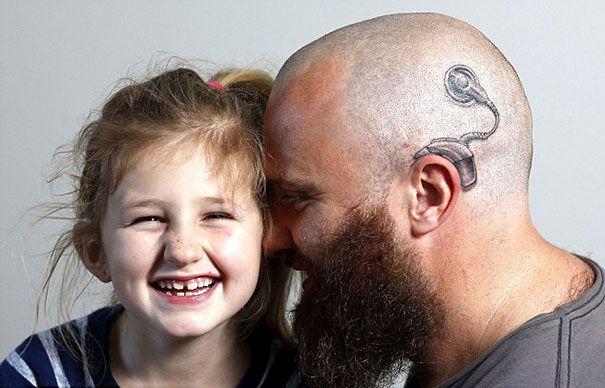 Ενας θαυμάσιος μπαμπάς: Δείτε τι τατουάζ έκανε για να μη νιώθει άσχημα η βαρήκοη κόρη του [εικόνες] | iefimerida.gr