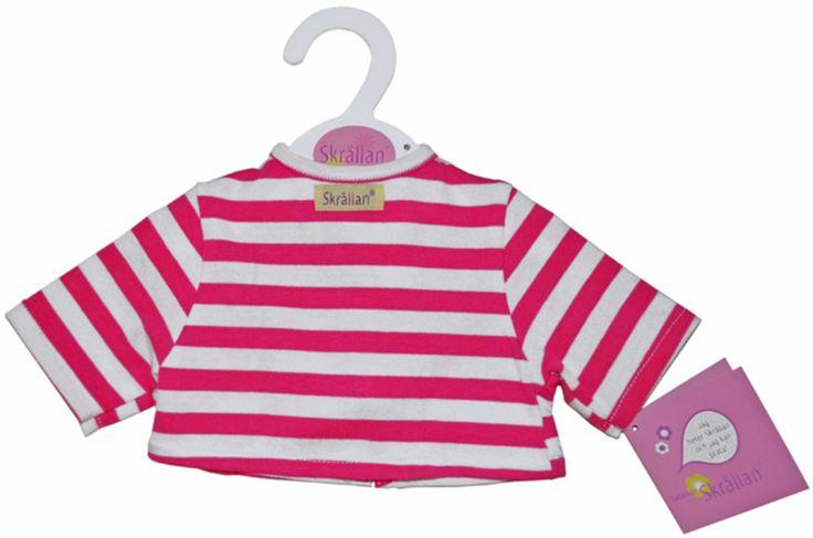 Skrållan Dockkläder T-shirt Rosa Randig är en mjuk docktröja i form av en t-shirt. T-shirten passar den populära dockan Skrållan, och har breda rosa/vita ränder. Skrållan Dockkläder T-shirt Rosa Randig passar även till andra dockor som är 46 cm långa.<br><br>Obs! T-shirten ska endast användas på dockan.<br><br>Rekommenderad ålder: Från 3 år.<br><br>Mått: Ca 20 cm.<br><br>Material: Bomull.<br><br>Färg: Rosa, vit.