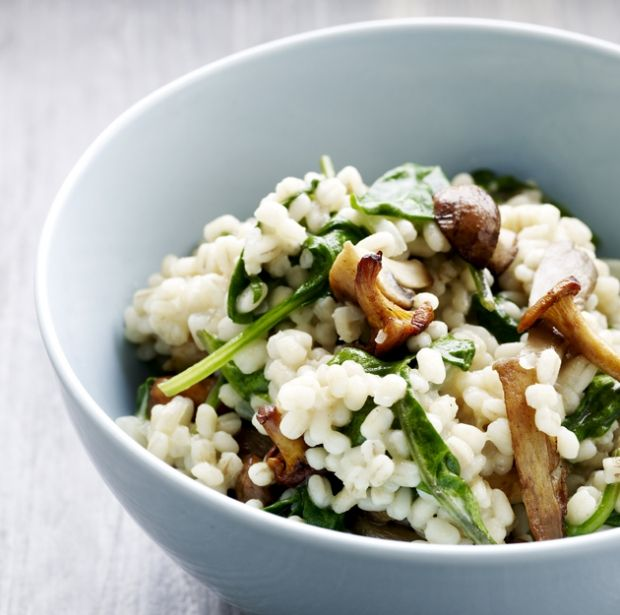 Her får du en lækker opskrift på cremet risotto med perlebyg, svampe og spinat. Med denne nemme opskrift med perlebyg får du en lækker risotto med dejligt bid.
