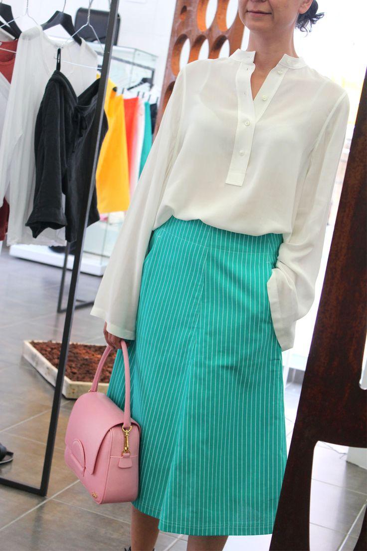Una falda rayada para no rayarte con los looks del verano - Arropame... + cuerpo #HelmutLang + bolso #reliquiaespain #madeinspain  http://arropame.com/una-falda-rayada-para-no-rayarte-con-los-looks-del-verano/ #arropame #conceptstore #bilbao #shopping #shoponline #edicionlimitada #fashion #summer #ootd #outfit #style #love