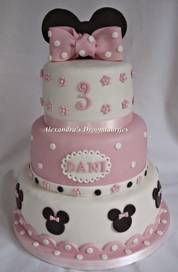 This Minnie mouse cake with bow on top in the colors pink, black and white I made for a three years old girl. Deze roze, witte met zwarte Minnie mouse taart met strik bovenop, heb ik gemaakt voor een meisje haar 3e verjaardag