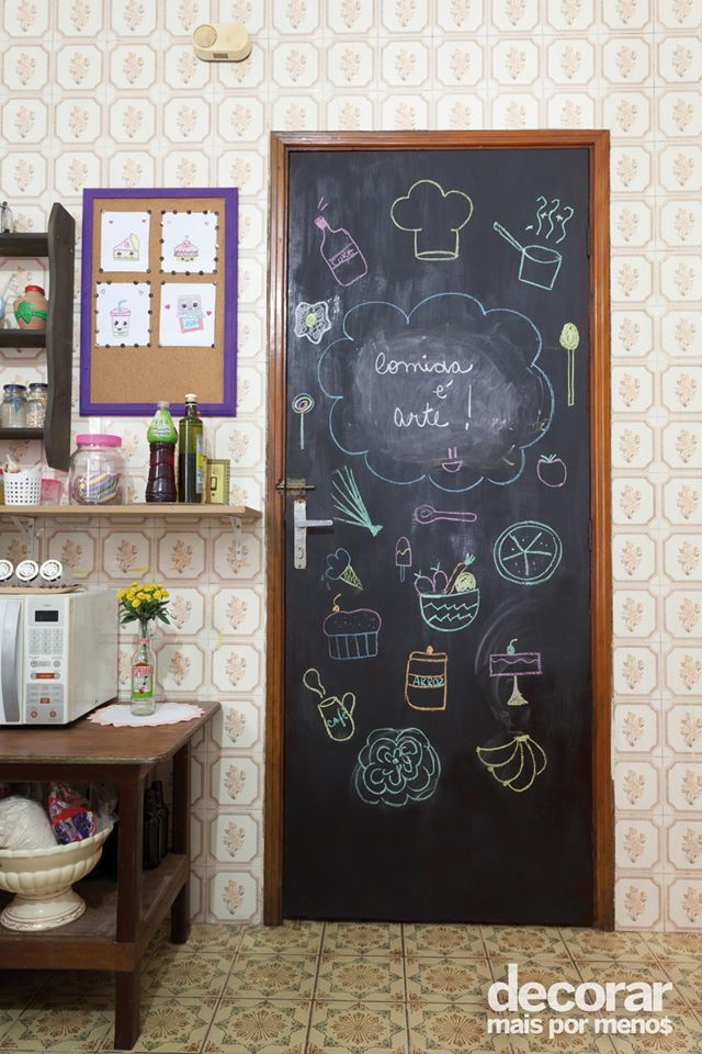 Criança na cozinha não precisa ser sinal de bagunça. Deixe um espaço reservado para os pequenos! Você pode pintar a porta do ambiente com tinta preta e deixá-los dar asas a imaginação. #DecorarMaisPorMenos Fotos: Thiago Capodanno