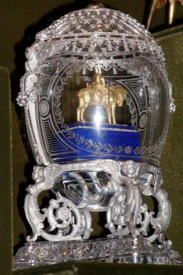 Ei mit Reiterstatue Alexander des III. - 1910 - im Inneren des Eis steht eine goldene Replik der Reiterstatue auf einem rechteckigen mit zwei Rosenbändern garnierten Lapislazulisockel. Das Ei ist aus Bergkristall gemeißelt, die äußere Schale ist mit platiniertem von Rosen durchsetzten Filigran überzogen. Die Replik ist eine Nachbildung eines Denkmals des Fürsten Pawel Trubezkoi.
