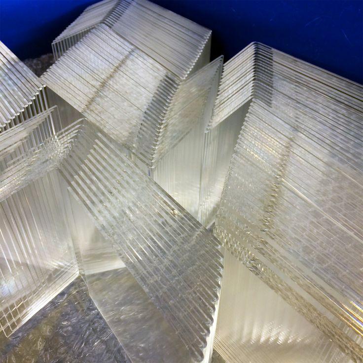 Strahlende Acrylglas Werbeaufsteller aus hochwertigem PLEXIGLAS® - Transparente Werbedisplays und Warenträger - Made in Germany