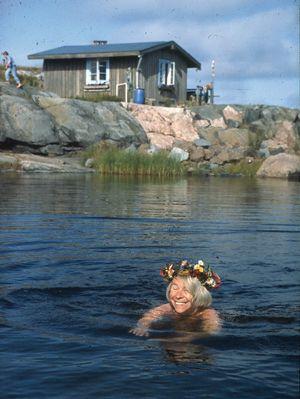 誕生日に夏の家の小島で泳ぐトーベ