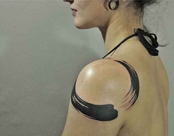 Artist: Tattoo-Temple HK  . Pinselstriche, also so genannte Brush Strokes, gehören wohl zu den ungewöhnlichsten Tattoo-Motiven unserer Zeit. Die Bewegung und der Fluss stehen bei vielen dieser Tattoos im Vordergrund. Inspiration kommen aus den Bereichen des Zen Buddhismus, der Japanische Kalligraf…