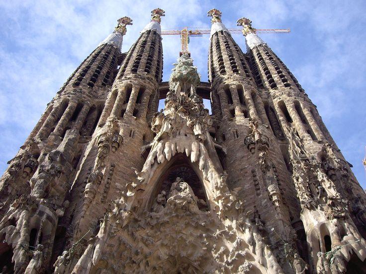 La Sagrada Familia tiene muchas formas y elementos naturalistas. Gaudi fue capaz de dar expresion a muchas formas de la naturaleza en su arquitectura.