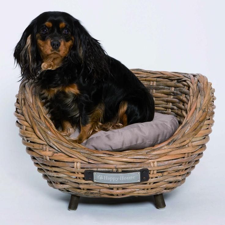 Robuuste rieten Happy-House #hondenmand. Door het grove vlechtwerk een zeer eigentijdse uitstraling. Een heerlijk comfortabel plekje voor uw #hond.
