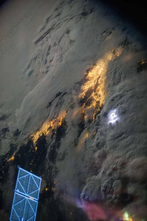 Imagem tirada por membros da ISS mostra nuvem de tempestade sobre o sul da Califórnia (Foto: AP Photo/Nasa)