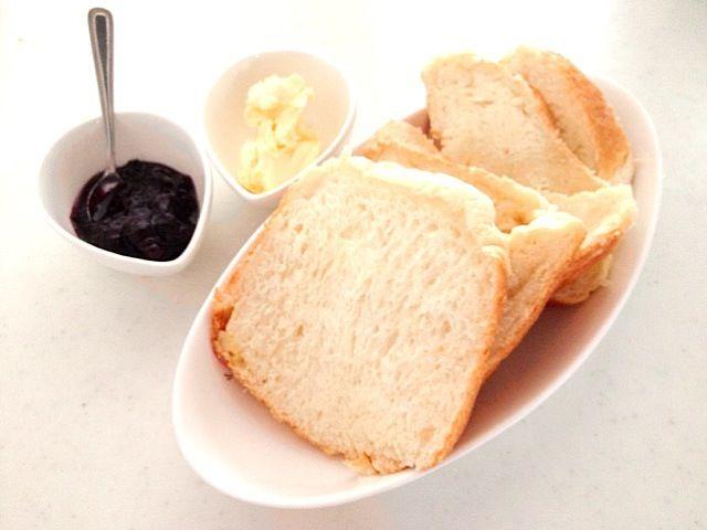 切り方下手くそでσ(^_^;) ブルーベリージャムは義母の手作り。 - 6件のもぐもぐ - チーズミルクパン、ブルーベリージャム by Konoha