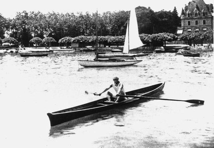 Pierre de Coubertin pratiquant la rame dans les eaux du port d'Ouchy.