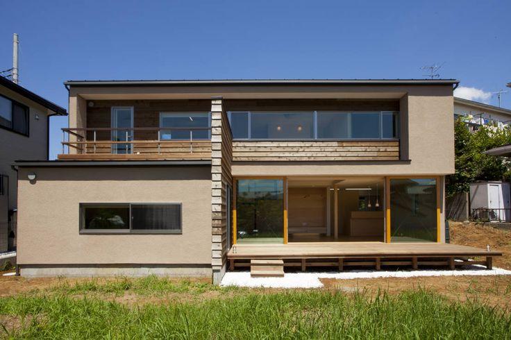 今回ご紹介するのは、木に触れながら暮らすことのできる家。床や壁、バスルームに木の素材がふんだんに採用され、心地良くすごす…