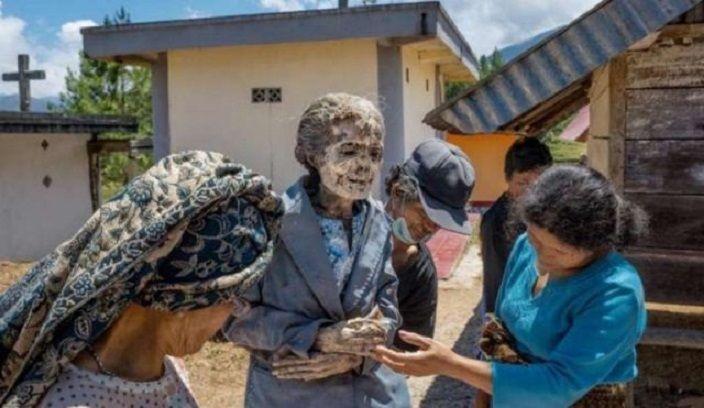Tribu desentierra a sus muertos cada tres años por un insólito ritual (EXPLÍCITO)  vía @zumbynews #noticias #NellaBisuTej