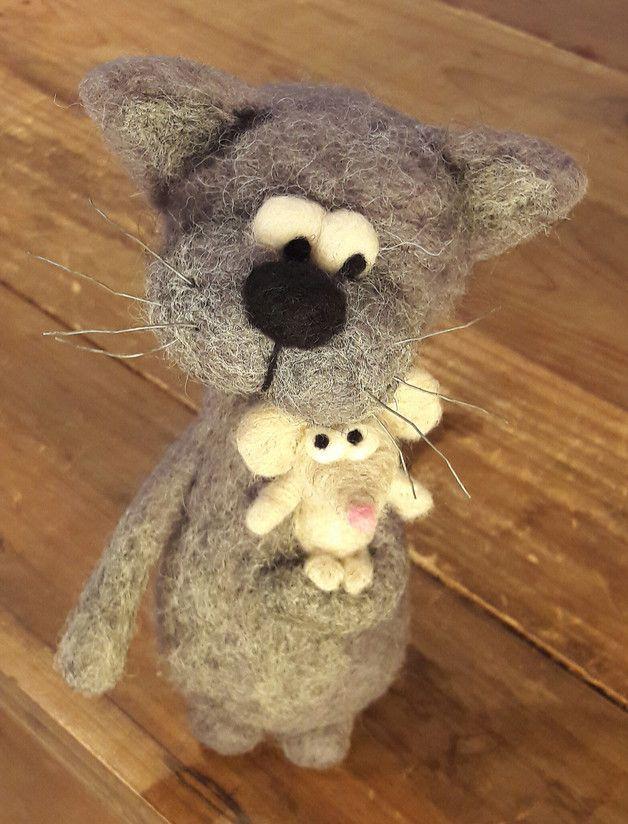 *Sie sind einfach unzertrennlich... Katerchen CARLOS und FINCHEN, seine beste Mausefreundin :) Diese beiden ungewöhnlichen tierischen Freunde machen immer alles gemeinsam und gehen zusammen durch...