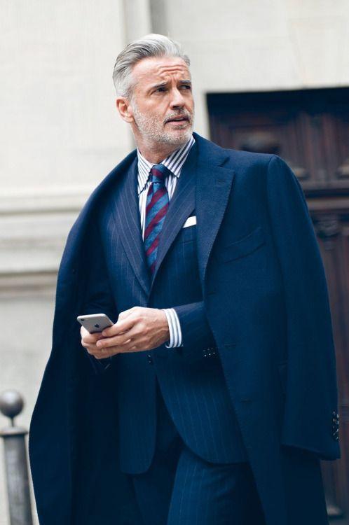 L'élégance d'un pardessus bleu sur une costume bleu à fines rayures #chic #look #dandy #style #menstyle #classic #suit #coat #marine