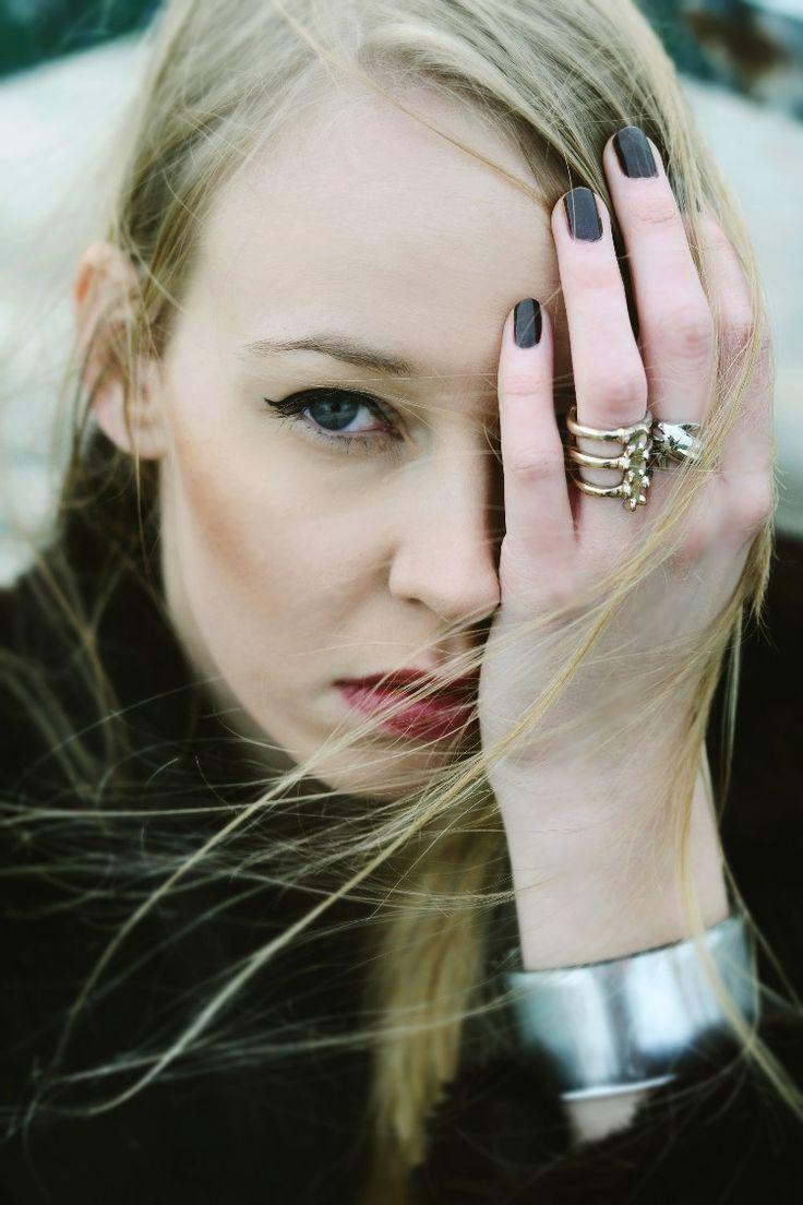 fot. Marlena Moskwa  wind fashion red lips black coat