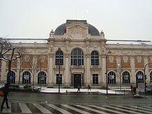 Manufacture des Gobelins à Paris - En 1601 la manufacture des Gobelins est créée, les arts et techniques encouragés. Barthélemy de Laffemas et le jardinier nîmois François Traucat s'inspirent des travaux de l'agronome protestant Olivier de Serres et jouent un rôle majeur dans l'histoire de la soie en faisant planter des mûriers dans les Cévennes, à Paris et d'autres régions. Le canal de Briare reliant la Seine et la Loire est le 1° canal de transport fluvial creusé en France.