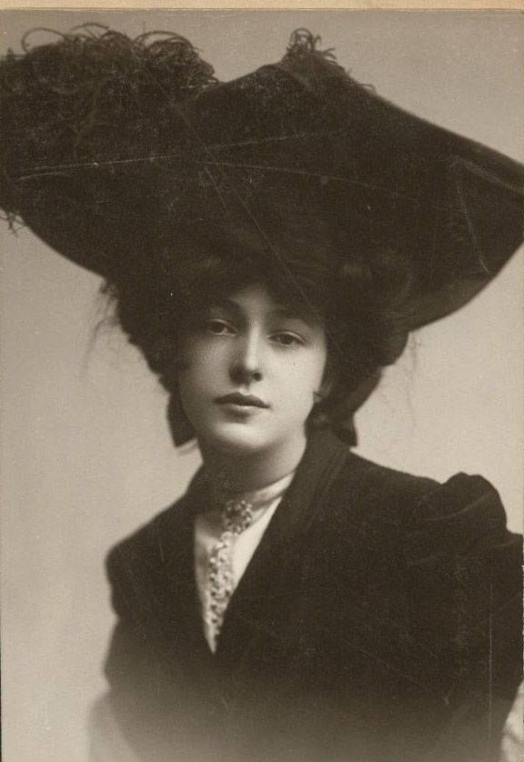 Evelyn Nesbit. Giant hat. Ragtime musical. All for the win.
