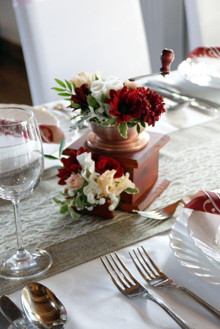 Vintage kávé daráló, mint asztaldekor. Piros - Vintage  coffee grinder as table decoration. Red