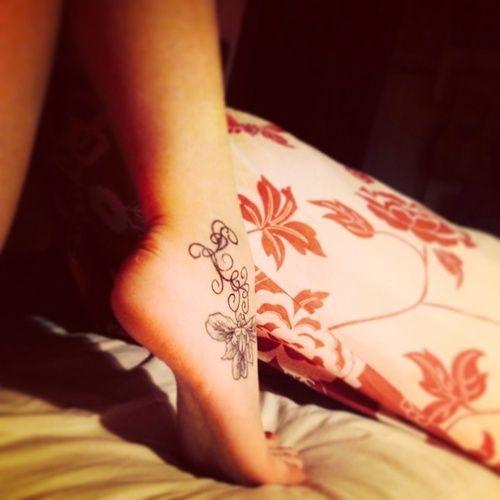 """milly.bartolo  #casttattoo  In redazione stanno arrivando tantissime foto di tatuaggi con storie bellissime.  Grazie a tutti e continuate così!  Ecco il tatuaggio di """"milly.bartolo"""".  """" Il mio tatuaggio rappresenta la mia storia finita… Il disegno attorno alla caviglia è l'iniziale della persona che mi ha fatto realmente capire cosa fosse l'amore… Da lì parte un fiore d'iris, il nome della bambina che dovevamo avere insieme. """"  http://tattoo.codcast.it/"""