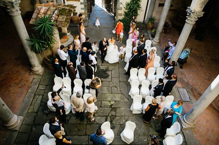 Castle courtyard for your civil, symbolic or protestant wedding. / Binnenplaats van een wijnkasteel voor het burgerlijk huwelijk of symbolische ceremonie. #conamore #juliankanz