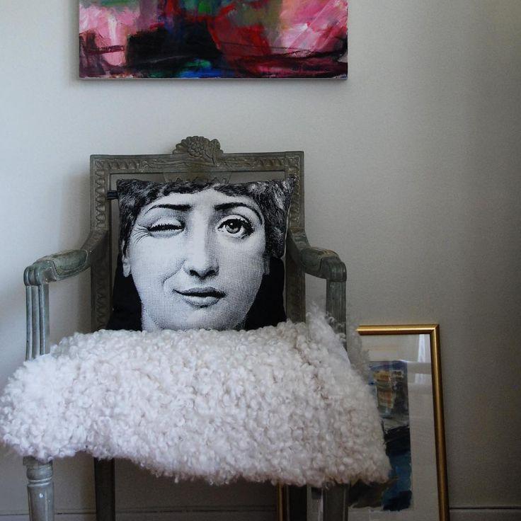 #fornasetti #kudde #pillow #svenskttenn #ullaohlson #interior #interiorstyling #gulsparvsgatan #göteborg #instahome #homeinspo #scandinavianhomes #inredning #home #fårskinn #karmstol #stol #chair #livingroom #vardagsrum #interior4all