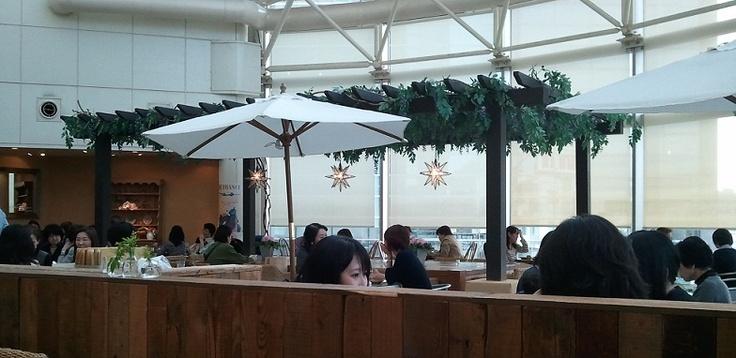 天井も高く心地よいです 溝の口のおすすめカフェ・ア・ラ・カンパーニュ