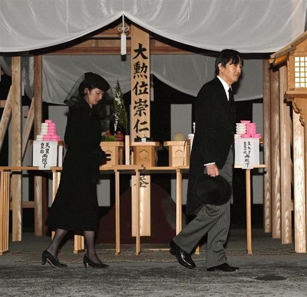 三笠宮さまの「墓所の儀」で拝礼された秋篠宮ご夫妻=4日、東京都文京区の豊島岡墓地