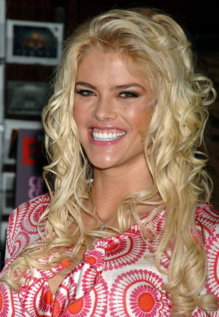 Anna Nicole Smith - In Red And White 0003.jpg;  933 x 1350 (@50%)
